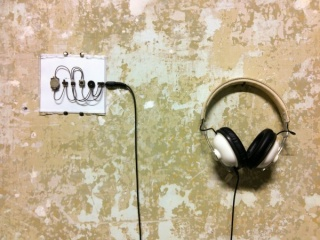 Tristan Perich, 1 Bit Symphony conectada en muro