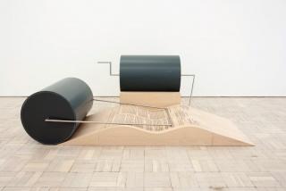 Ângela Ferreira, MediaFAX 1, 2011. Acero inoxidable, PVC y serigrafía sobre madera laminada (haya), 90 x 266 x 175cm. Imagen cortesía de la Galeria Cristina Guerra, Lisboa