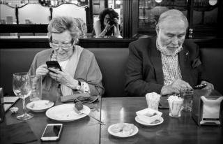 """Joana Biarnés y su marido Jean Michel Bamberger siguen las redes después de asistir al programa """"Late Motiv"""". Junio 2018. Imma Cortés — Cortesía de Fundación Photographic Social Vision"""
