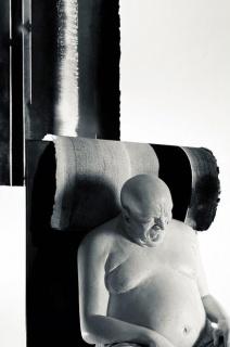 Bernardi Roig and Nastasya F. Baraskhova, P.S.Rogozhin (The Figure), 2020, polyester resin, light, paper, iron, 32 x 35 x 45 cm. — Cortesía de Bernardi Roig