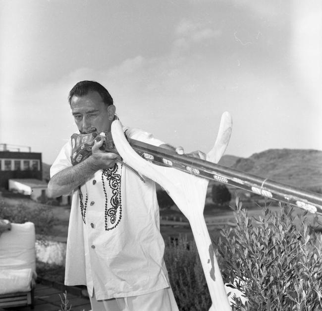 Salvador Dalí, Port Lligat, 1957. Jacques Léonard. Arxiu Família Jacques Léonard — Cortesía de la Fundación Photographic Social Vision