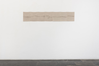 Helen Mirra. Field Recordings, 7 x one hour, out of Zurich (Vorderrhein), 28 June, 2010. Tinta sobre lino. 30 x 162 cm. — Cortesía de Luis Adelantado