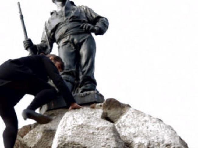 Claudia del Fierro, Monumento, 2012. Still de Video — Cortesía del Centro Nacional de Arte Contemporáneo Cerrillos