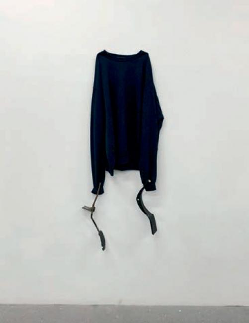 Michael E. Smith, Untitled, 2019. Pullover, break pedals — Cortesía de Arte Madrid