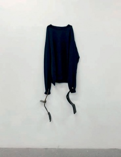 Michael E. Smith, Untitled, 2019. Pullover, break pedals — Cortesía de Arte Madrid