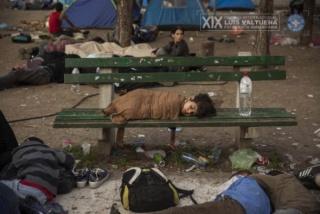 """Olmo Calvo, Serie """"Supervivientes en busca de refugio"""". La imagen muestra a un niño durmiendo la noche del 30 de agosto de 2015 en el parque Bristol de Belgrado (Serbia), el lugar donde muchos refugiados pasan la noche antes de retomar su camino hacia la"""