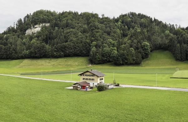 Gregor Graf, in Holz und Heu / in wood and hay, 2016, Prova cromogénea montada sobre alumínio, moldura de madeira, 150 x 110cm, Edição de 5, Cortesia do artista e 3+1 Arte Contemporânea