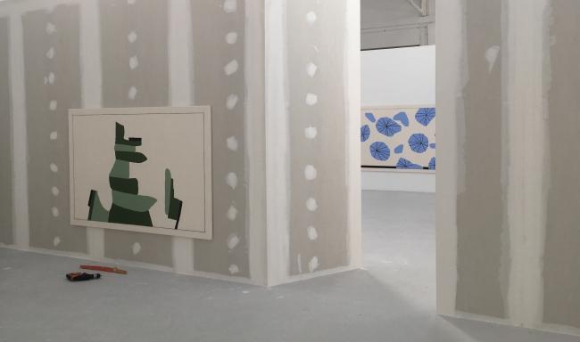 Installation in progress with Fabio Viscogliosi – Cortesía de la galería Louis 21