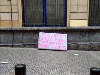 © Ismael Iglesias. Empezarás fumando porros, terminarás firmando hipotecas. Bilbao. 2017. Fotografía.