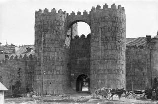 Poble Espanyol. Obras de construcción de la puerta de San Vicente de la muralla d'Àvila, entrada principal al recinto del Poble Espanyol ,1928. AFB. Carlos Pérez de Rozas (atribuido)