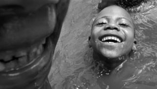 Niños bañándose en el río. Quilombo -comunidad de ex esclavos- de São Raimundo. Alcântara, Maranhão, Brasil. Año 2009. Fotografía digital.
