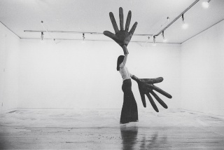 Sylvia Palacios Whitman, Passing Through, 1977. Documentation of performance at Sonnabend Gallery. Photo: Babette Mangolte. Photograph, 11 x 14 inches. Courtesy of Babette Mangolte. © 1977 Babette Mangolte (all rights of reproduction reserved). Imagen cor
