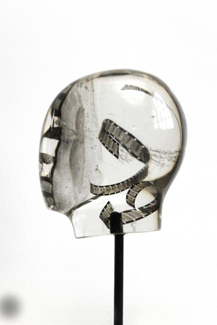 Oliver Czarnetta, Spectrum Merging Units, resin, concrete, height 76 cm, 2018 — Cortesía Galería Lucía Mendoza