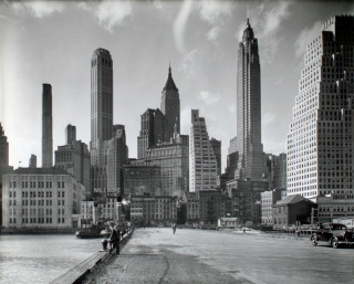 Berenice Abbott. Manhattan Skyline I, South Street and Jones Lane, 1936, 20,3 × 25,4 cm, The New York Public Library © Getty Images/Berenice Abbott