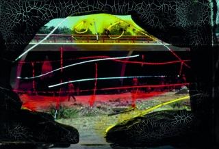 Antonio Saura. Foto-Grafía 4. 1962-2015. Impresión a partir de diapositiva intervenida con tinta china. 149,8 x 111,8 cm. — Cortesía de la Galería La Caja Negra