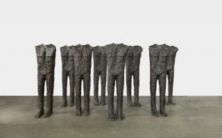 Magdalena Abakanowicz, Standing Figures (10 Figures), 2000, bronze — Cortesía de la Galería Marlborough