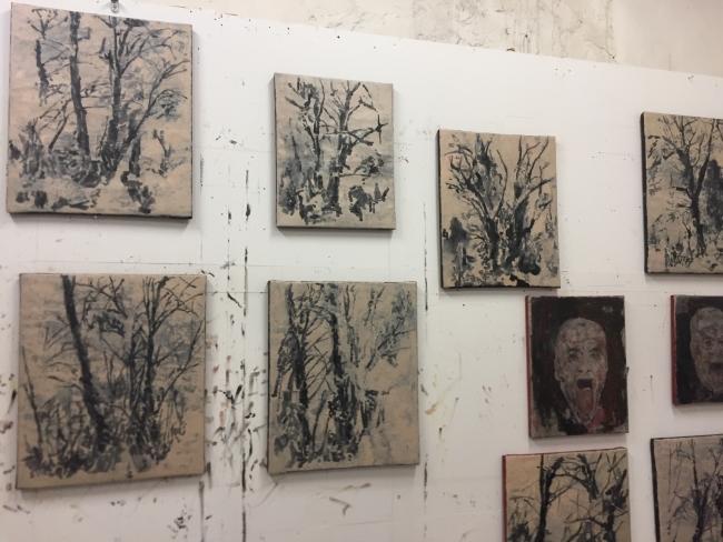 """Atelier del Artista Paulo Brighenti con trabajos de la exposición """"Cascata"""""""