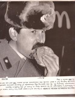 Alán Carrasco, A Soviet militiaman eats a McDonald's hamburger in Moscow, 2019