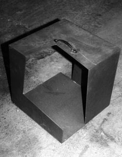 Elena Mendizabal. Sin título (Caja metafísica con asa), 1983 — Cortesía de Artium, Centro-Museo Vasco de Arte Contemporáneo