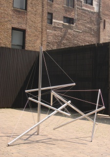 Kenneth Snelson, Able Charlie, 1978, stainless steel, edition of 4, terrace 2007 — Cortesía de la Galería Marlborough