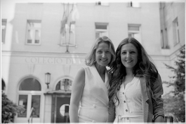 María Díaz -comisaria- y María Maquieira -artista- frente al Colegio de España, lugar de residencia durante el evento. Foto: Fernando de France_Annanià Films