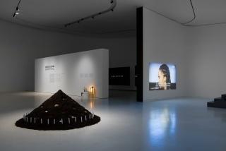 Vista de exposição: Grada Kilomba, Secrets to Tell, Project Room, 2017 – Cortesía del MAAT
