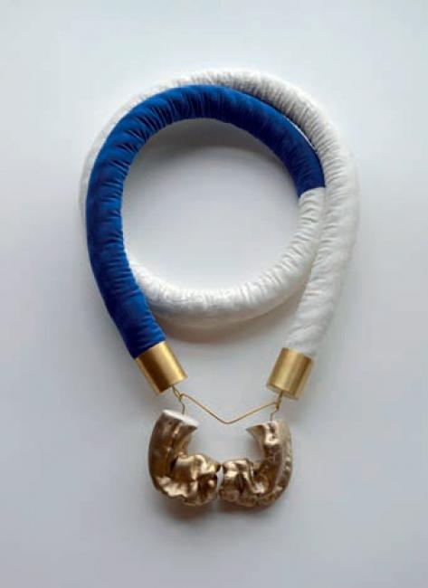 """Sandra Val, S.T. (""""Liminal Series""""), 2019 Textil, cordón y latón, 60 x 35 x 6 cm. — Cortesía de Arte Madrid"""