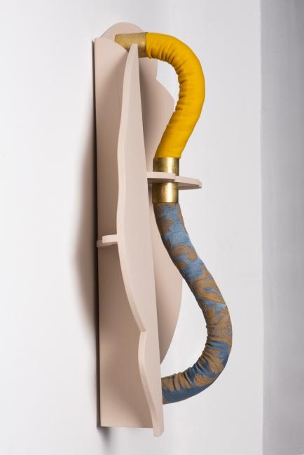 """Liminal IV"", 2019 cordón, latón y madera esmaltada 60 x 42 x 20 cm"