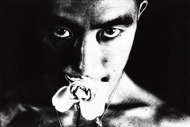 Eikoh Hosoe, Calvario de rosas #32, 1961. Colección Per Amor a l'Art © Eikoh Hosoe — Cortesía del Centro de Arte Bombas Gens