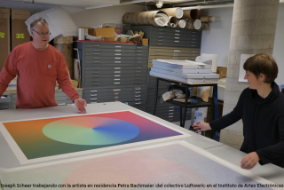 Joseph Scheer con la artista en residencia Petra Bachmaier en el Instituto de Artes Electrónicas