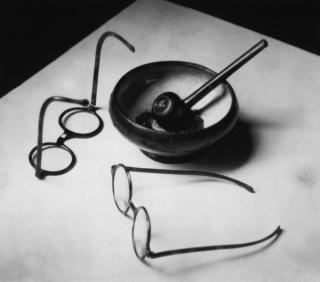Las gafas y la pipa de Mondrian, 1926. André Kertész ©Ministère de la Culture. Mediatèque du Patrimoine. Donation André Kertész