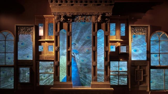 Mat Collishaw, Retrospectre, 2010. Madera, cristal, acero, espejos de vigilancia, proyector, 350 x 600 cm. Cortesía del artista y Blain l Southern
