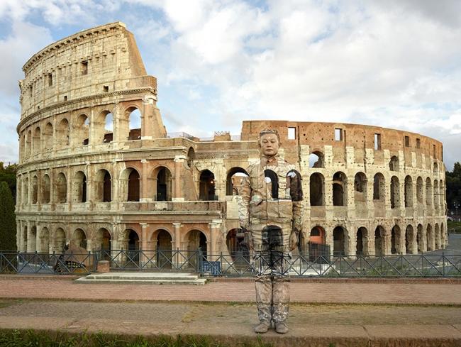 Liu Bolin, Colosseo n°2, Roma, 2017, cortesía galería Boxart, Verona — Cortesía de Arthemisia