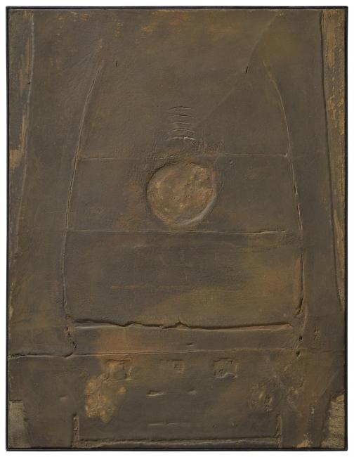 Antoni Tàpies, Pintura marro? i ocre  (1958). Técnica mixta sobre tela, 116 × 89 cm. © Comissio? Ta?pies, VEGAP, Barcelona, 2019 — Cortesía de la Galería Mayoral