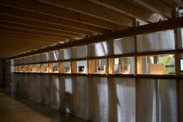 Vista general de las vitrinas de Factoría Cultural