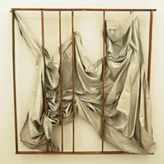 Cage, 2016. Óleo, lienzo y madera. 200 x 194 x 30 cm. Cortesía Galería Pilar Serra