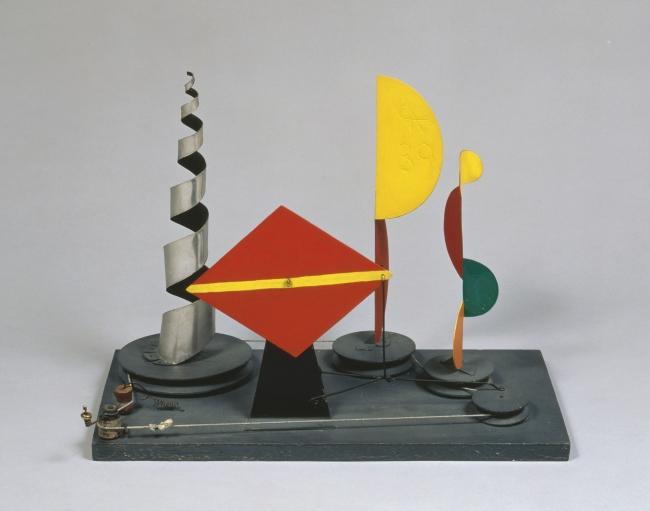 Alexander Calder. Untitled (maqueta para 1939 New York World's Fair), 1938. Plancha metálica, madera, alambre, hilo y pintura, 37,46 x 50,2 x 24,8 cm. © 2019 Calder Foundation, New York / VEGAP, Santander — Cortesía del Centro Botín