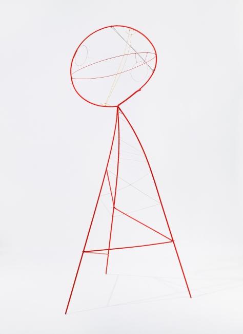 Alexander Calder. Sphere Pierced by Cylinders, 1939. Alambre y pintura, 210,82 x 86,36 x 109,22 cm. Calder Foundation, New York © 2019 Calder Foundation, New York / VEGAP, Santander. Foto: Tom Powel Imaging — Cortesía del Centro Botín