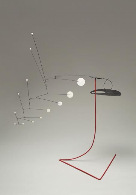 Alexander Calder. Rouge triomphant, 1963. Plancha metálica, varilla, alambre y pintura, 279,4 x 584,2 x 457,2 cm. Colección Nahmad © 2019 Calder Foundation, New York / VEGAP, Santander — Cortesía del Centro Botín