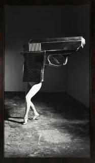 Laurie Simmons, Walking Gun /The music of Regret, 2006. Impresión sobre gelatina de plata, 213,4 x 121,9 cm. — Cortesía de Acerca Comunicación