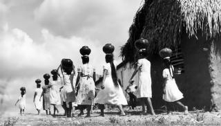 Imagen: Mujeres con ca?ntaros en un poblado, ca. 1969, Coleccio?n Revista Hoy - Fototeca Nacional, Mediateca INAH. Fotografi?a por: Walter Reuter