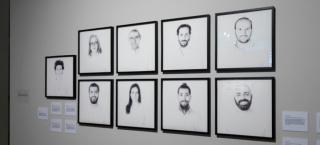 """Vista de la exposición """"Sin límites. (De)construcción artística de las fronteras"""" — Cortesía de Casa Árabe"""