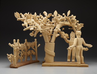 George López, Adam and Eve and the Tree of Life, 1956, carved cottonwood, pine, cedar, Dallas Museum of Art, Dallas Art Association Purchase, 1956.100.1 — Cortesía del Dallas Museum of Art