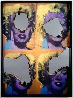 DOUGLAS GORDON/ Self Portrait of You + Me (1 piece multi Marilyn), 2008 Impressão queimada, fuligem e espelho (Burned Print, Smoke and Mirror), 120 x 90 x 7cm . © Studio lost but found / VG Bild-Kunst, Bonn 2018 Cortesia da imagem (Image courtesy) Studio