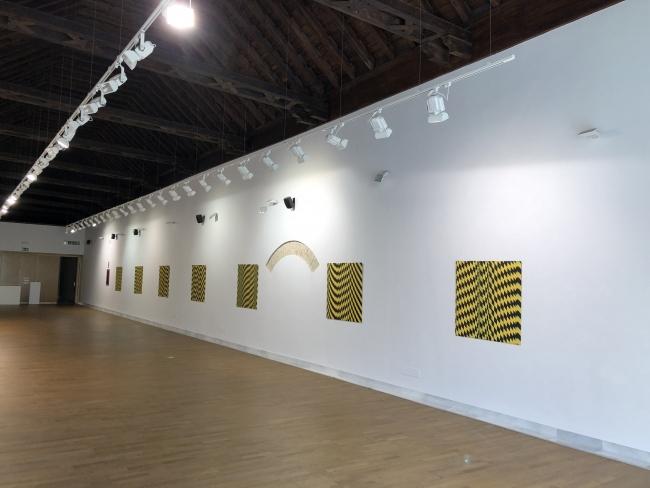 """Imagen de la Sala con la exposición """"out of Neither"""" de Victor solanas Ganador de projectarte18"""