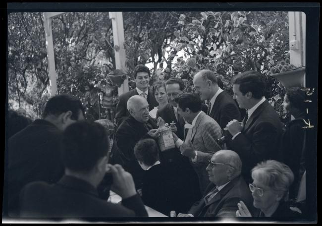 Juan Gyenes. Picasso… entre los regalos, vino de Málaga. Le ofrece el bailarín Antonio, 1961 — Cortesía de la Comunidad de Madrid