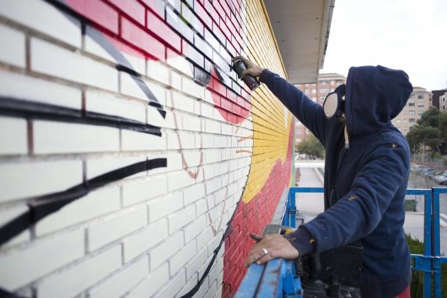 Fasim trabajando en el mural de 12 Artistes, 12 Escoles. Foto; Paco Poyato, 2019.