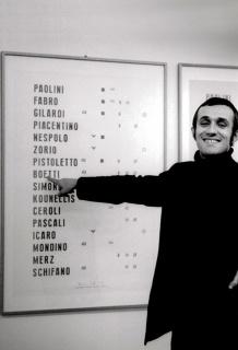 Boetti with Manifesto 1967 in 1970. Photo: Paolo Mussat Sartor © The Estate of Alighiero Boetti, courtesy Paolo Mussat Sartor, Turin — Cortesía de la galería Travesía Cuatro CDMX