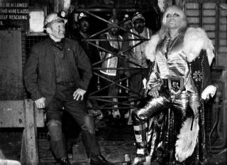 Jeremy Deller. Adrian Street con su padre en la entrada de la mina Bryn Mawr Colliery, Gales. Foto: Dennis Hutchinson