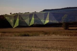 Javier Riera, BG1, 2018. Fotografía de intervención lumínica sobre paisaje, 100 x 140 cm. — Cortesía de la Galería Gema Llamazares